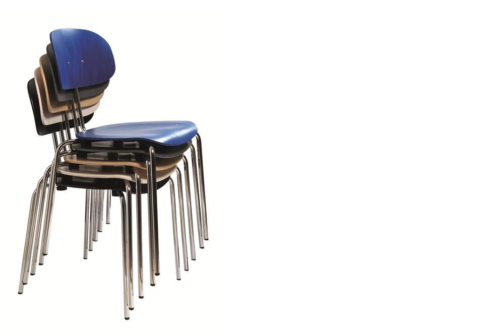 ein  Stapel Holzschalenstühle  Modell 118 Eiermann von Kleinkopf