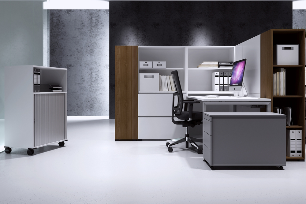 Arbeitsplatz mit Anstellcontainer und Schränken
