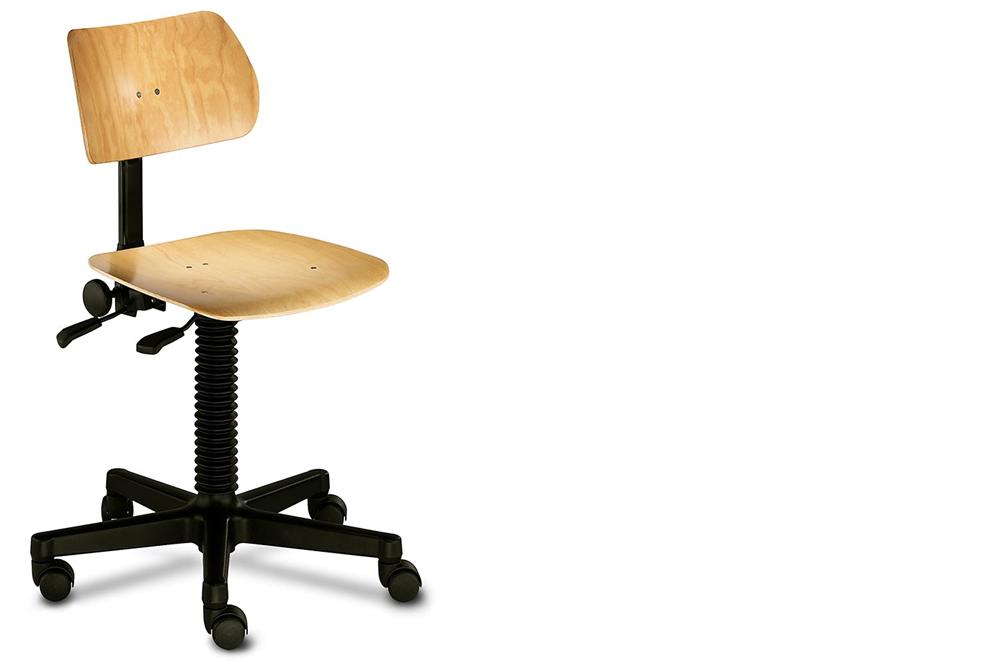 ein Drehstuhl mit Sitzfläche und Rückenlehne aus Holz