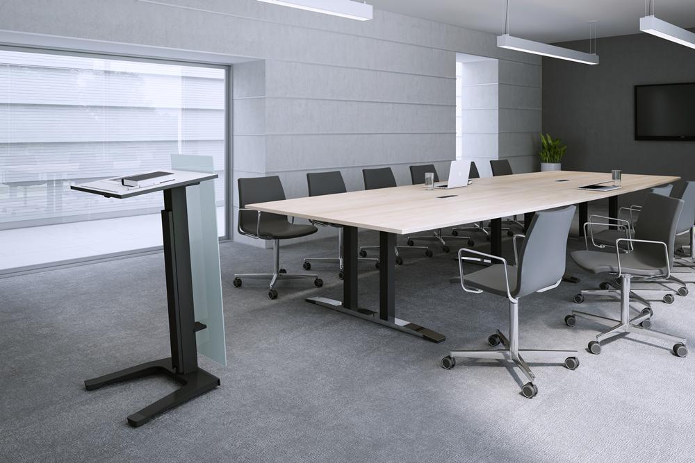 ein Konferenzraum mit Stehpult und Konferenztisch
